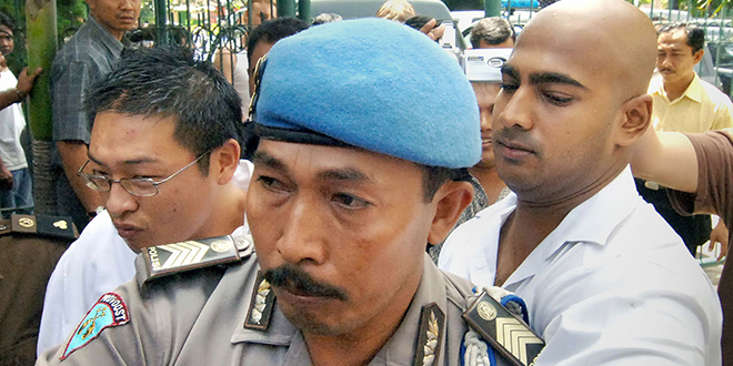 Mercy plea: Australian drug smugglers Myuran Sukumaran and Andrew Chan are escorted by an Indonesian policeman to a court trial in Denpasar, Bali on February 16, 2006. Photo: AAP